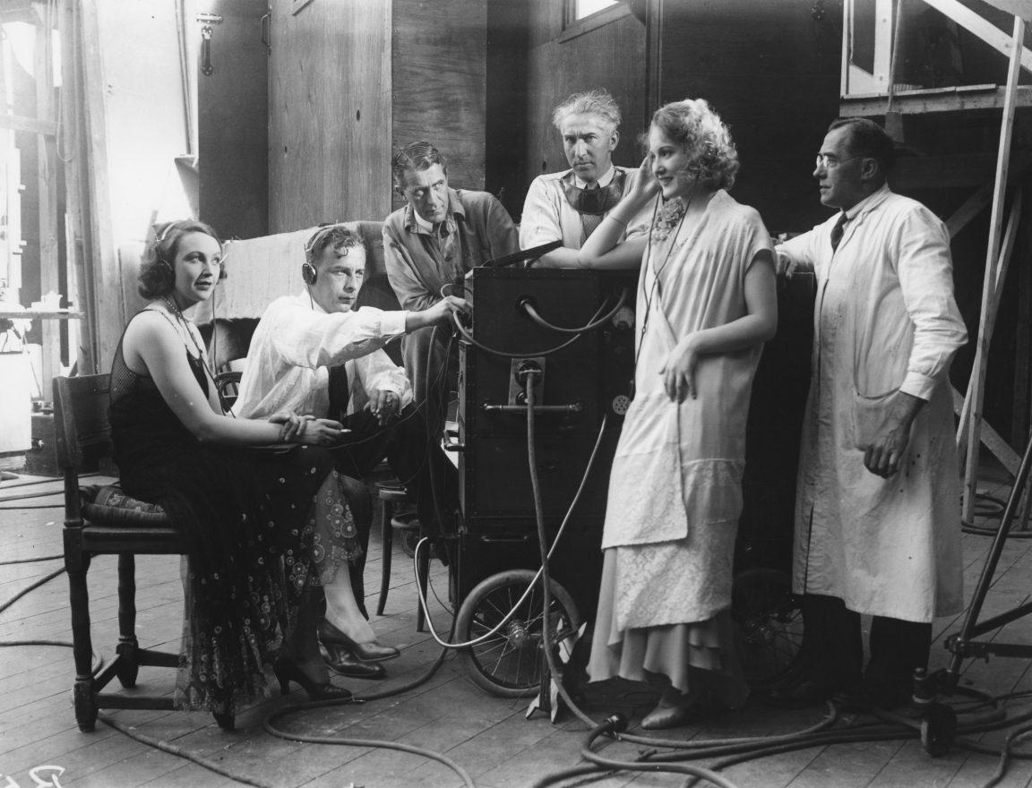 Skådespelare och filmarbetare vid inspelningen av För hennes skull