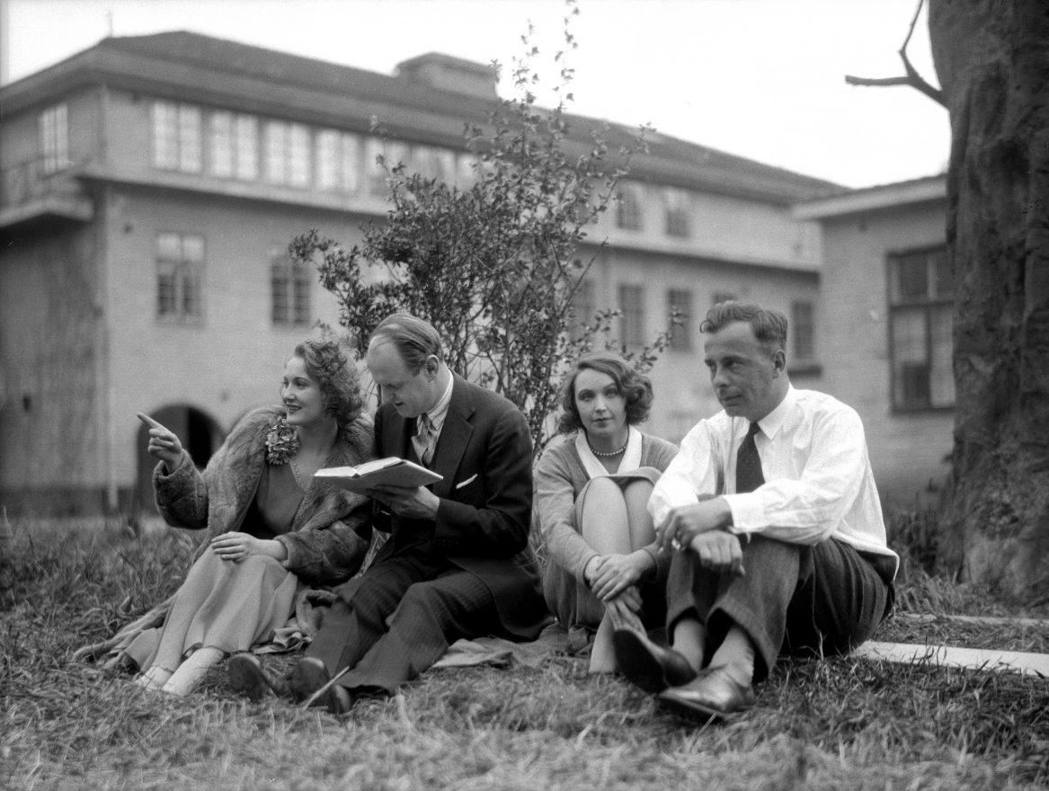 Skådespelare har paus från inspelningen i Råsunda, vid inspelningen av För hennes skull (1930)