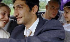 Skådespelarna Tuva Novotny, Fares Fares, Torkel Petersson och Laleh Pourkarim i en bil, från filmen Jalla! Jalla!